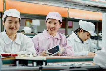 复工后的富士康20人一个工作组日产200万医用口罩供内部运用